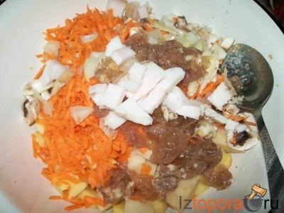 Картофельное рагу с сыром в горшочках