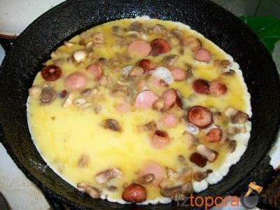 Омлет с сосисками, грибами и плавленым сыром