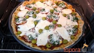 Пицца с салатом-латук и моцареллой