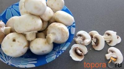 Утиное филе с грибами, зеленым горохом и грушей