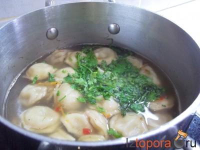 Быстрый суп с пельменями на мясном бульоне